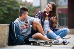Adolescent et son amie avec des smartphones Image libre de droits