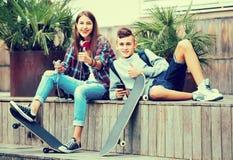Adolescent et son amie avec des smartphones Photos stock