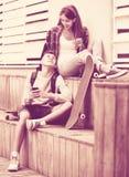 Adolescent et son amie avec des smartphones Photo libre de droits