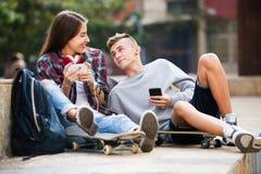 Adolescent et son amie avec des smartphones Images libres de droits