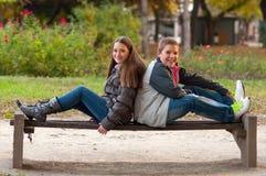 Adolescent et une fille ayant l'amusement dans le stationnement Image libre de droits