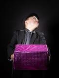 Adolescent expressif tenant la boîte avec le cadeau photos libres de droits
