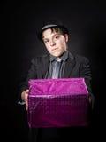 Adolescent expressif tenant la boîte avec le cadeau image stock