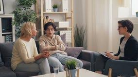 Adolescent fâché combattant avec la mère dans le bureau du thérapeute pendant la consultation banque de vidéos