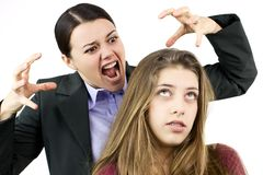 Adolescent féminin ennuyé au sujet de la mère fâchée image stock