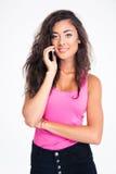 Adolescent féminin heureux parlant au téléphone Images stock
