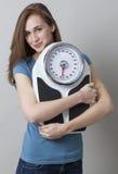 Adolescent féminin heureux prenant soin d'elle-même avec la surveillance du poids Photos libres de droits