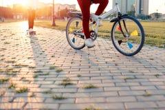 Adolescent faisant de la planche à roulettes en parc un jour de congé par temps ensoleillé Photo libre de droits
