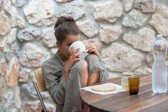 Adolescent faisant le petit déjeuner Photographie stock libre de droits