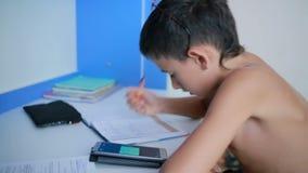 Adolescent faisant le travail utilisant un téléphone portable vidéo naturelle banque de vidéos