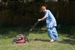 Adolescent fauchant la pelouse 6 Images libres de droits