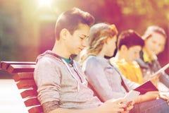 Adolescent heureux avec l'ordinateur de PC de comprimé dehors Photo libre de droits