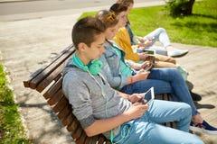 Adolescent heureux avec le PC et les écouteurs de comprimé Images stock
