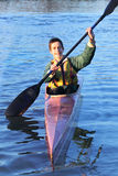Adolescent heureux Kayaking Photo stock