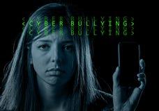 Adolescent inquiété tenant le téléphone portable en tant qu'intimidation de cyber d'Internet Image stock