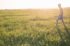 Adolescent jouant avec un chien dans la nature, Image stock