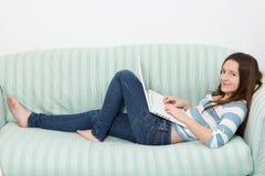 Adolescent à l'aide d'un ordinateur portable Images stock