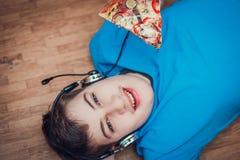Adolescent mangeant de la pizza images stock