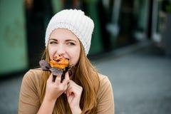 Adolescent mangeant le petit pain Images stock