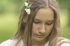 Adolescent mignon regardant vers le bas Images libres de droits