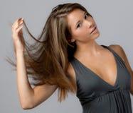 Adolescent mignon renversant le cheveu Images stock
