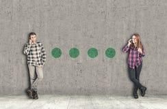 Adolescent parlant au téléphone portable Photographie stock libre de droits