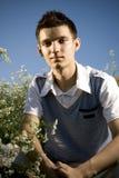 Adolescent parmi des fleurs Photographie stock libre de droits