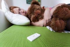 Adolescent pleurant avec l'essai de grossesse Images libres de droits