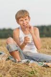 Adolescent portant les arrêtoirs dentaires image libre de droits