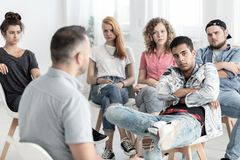 Adolescent rebelle pendant la thérapie pour la jeunesse difficile photographie stock libre de droits