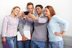 Adolescent regardant le smartphone Photographie stock