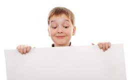 Carte vierge blanche se tenante prêt d'adolescent Images stock