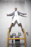 Adolescent restant sur des pipes en métal Image libre de droits