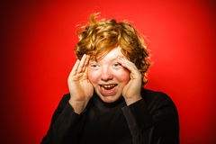 Adolescent roux expressif montrant des émotions dans le studio photos stock
