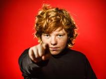 Adolescent roux expressif montrant des émotions dans le studio photos libres de droits