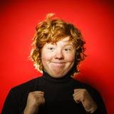 Adolescent roux expressif montrant des émotions dans le studio photographie stock libre de droits