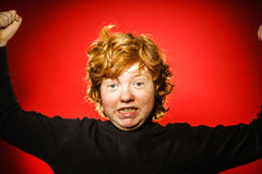 Adolescent roux expressif montrant des émotions dans le studio image libre de droits