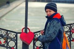 Adolescent sérieux avec la grande serrure d'amour de façonneur de hert Photos libres de droits