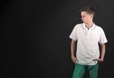 Adolescent sérieux regardant loin Photographie stock