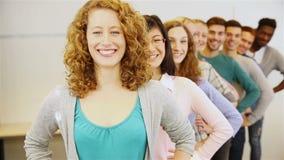 Adolescent se tenant dans une rangée banque de vidéos