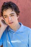 Adolescent songeur au téléphone Images libres de droits