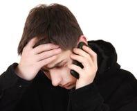 Adolescent soumis à une contrainte avec le téléphone Images stock