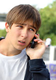 Adolescent soumis à une contrainte avec le téléphone Photo stock