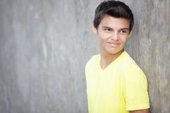 Adolescent souriant au-dessus de son épaule photographie stock