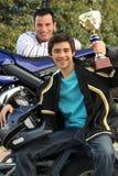Adolescent supportant un trophée Photo stock