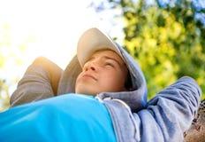 Adolescent sur l'arbre image stock