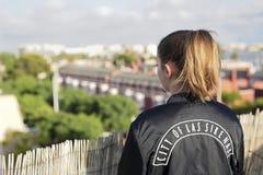 Adolescent sur le toit d'un bâtiment photos stock