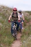 Adolescent sur le vélo de montagne Image libre de droits