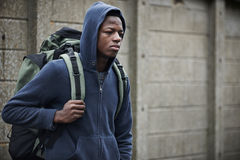 Adolescent sur les rues avec le sac à dos Photo libre de droits