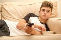 Adolescent sur un sofa Image stock